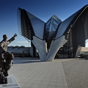 Statue de Saint-Exupéry et gare TGV à l'Aéroport de Lyon Saint-Exupéry - Photo Joël Philippon