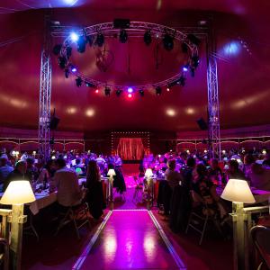 Dîner spectacle sous le chapiteau baroque du Cirque Imagine © Marion Triverio Photographie