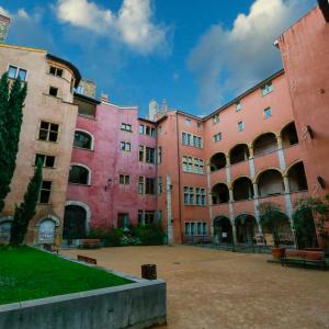 Place de la Basoche © Shutterstock 1041637660 Romain Biard